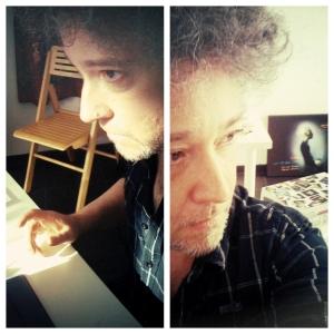 Stéphane assis a son bureau dans l'atelier